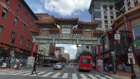 Het drijven voorbij de Ingang aan Chinatown in Washington DC stock footage