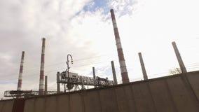 Het drijven voorbij een elektrische centrale stock video