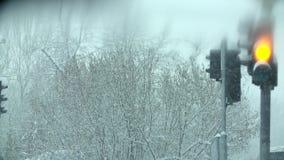Het drijven voorbij het verkeerslicht in sneeuwbrij stock videobeelden