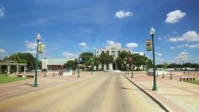 Het drijven voorbij Stadhuis in Waco Texas stock videobeelden