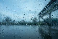 het drijven in zware regen vooral rond voertuigen royalty-vrije stock afbeelding