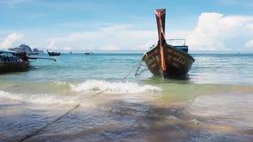 Het Drijvende Boot Overzeese Meningsao Nang Strand, Krabi Thailand 8 April 2017 stock videobeelden