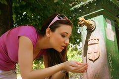 Het drinken bij een waterfontein Royalty-vrije Stock Fotografie