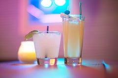 Het drinken in de neonlichten royalty-vrije stock fotografie