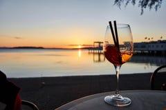 Het drinken in de zonsondergang stock afbeeldingen