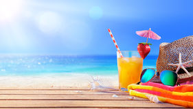 Het drinken en ontspant op het Strand Stock Fotografie