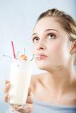 Het drinken melkcocktail Stock Fotografie