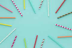 Het drinken stro voor partij op blauwe pastelkleurachtergrond met exemplaarruimte Stock Foto's
