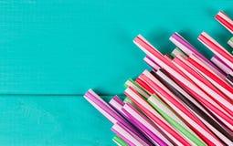 Het drinken stro voor partij op blauwe pastelkleurachtergrond met exemplaarruimte Royalty-vrije Stock Fotografie