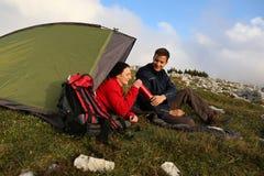 Het drinken terwijl het kamperen in de bergen Royalty-vrije Stock Fotografie