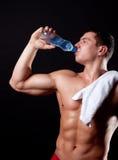 Het drinken van de atleet mineraal watet stock afbeeldingen