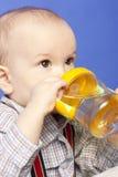 Het drinken van de baby fles Stock Foto's
