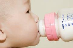 Het drinken van de baby melk royalty-vrije stock fotografie