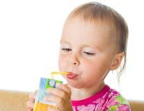 Het drinken van de baby sap van stro Stock Fotografie