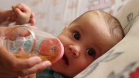 Het drinken van de baby thee stock footage