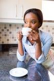 Het drinken van de huisvrouw koffie stock afbeelding