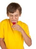 Het drinken van de jongen geneeskunde Stock Foto