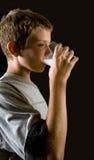 Het drinken van de jongen melk royalty-vrije stock afbeelding