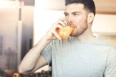 Het drinken van de mens jus d'orange royalty-vrije stock foto's