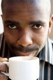 Het drinken van de mens koffie Stock Foto