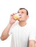 Het drinken van de mens sap Royalty-vrije Stock Foto