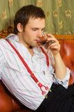 Het drinken van de mens whisky Stock Foto