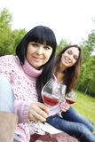Het drinken van de moeder en van de dochter wijn in openlucht Royalty-vrije Stock Fotografie