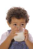 Het drinken van de peuter melk upclose stock foto's