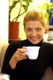 Het drinken van de schoonheid koffie Stock Afbeeldingen