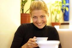 Het drinken van de schoonheid koffie Stock Foto