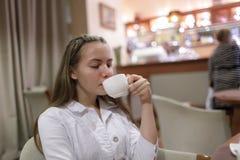 Het drinken van de tiener thee Stock Fotografie