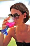 Het drinken van de vrouw cocktail Royalty-vrije Stock Afbeeldingen