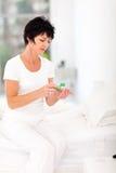 Het drinken van de vrouw geneeskunde Stock Foto