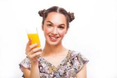 Het drinken van de vrouw jus d'orange dat opgewekt gelukkig glimlacht Schoonheidstiener ModelGirl Mooi blij tienermeisje met spro royalty-vrije stock foto