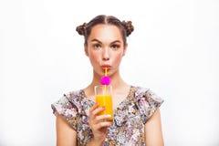 Het drinken van de vrouw jus d'orange dat opgewekt gelukkig glimlacht Schoonheidstiener ModelGirl Mooi blij tienermeisje met spro stock fotografie