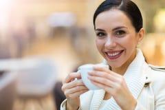 Het drinken van de vrouw koffie in koffie royalty-vrije stock foto