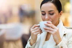 Het drinken van de vrouw koffie in koffie royalty-vrije stock foto's