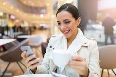 Het drinken van de vrouw koffie in koffie stock foto