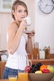 Het drinken van de vrouw koffie Stock Foto's