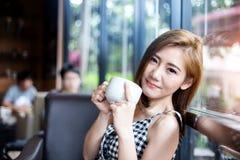 Het drinken van de vrouw koffie in de ochtend royalty-vrije stock afbeeldingen