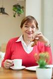 Het drinken van de vrouw koffie in koffie Stock Fotografie