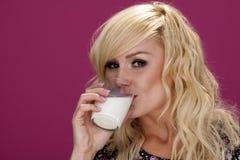Het drinken van de vrouw melk. Stock Foto