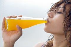 Het drinken van de vrouw sap royalty-vrije stock afbeelding