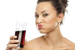 Het Drinken van de vrouw Soda stock afbeeldingen