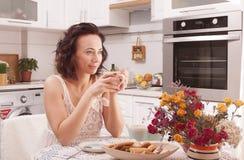Het drinken van de vrouw thee Stock Foto