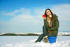 Het drinken van de vrouw thee in de winter Royalty-vrije Stock Afbeeldingen
