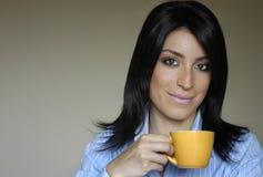 Het drinken van de vrouw thee/koffie Royalty-vrije Stock Afbeeldingen