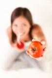 Het drinken van de vrouw tomatesap stock afbeeldingen