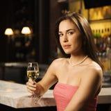 Het drinken van de vrouw wijn. Stock Afbeelding