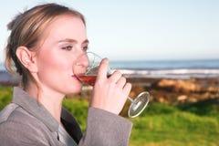 Het drinken van de vrouw wijn royalty-vrije stock afbeelding